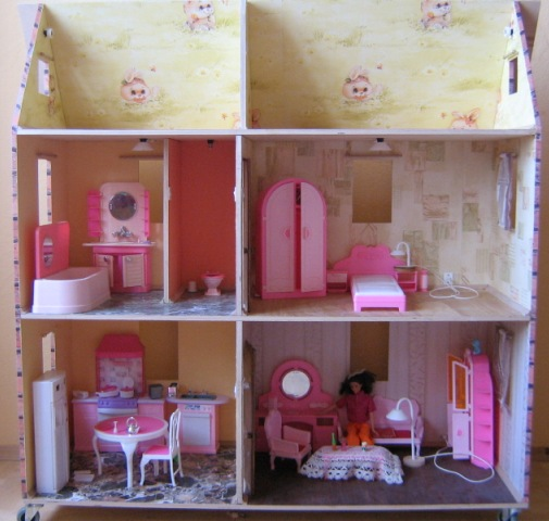 Кукольный деревянный домик для Барби и кукол подобного размера.